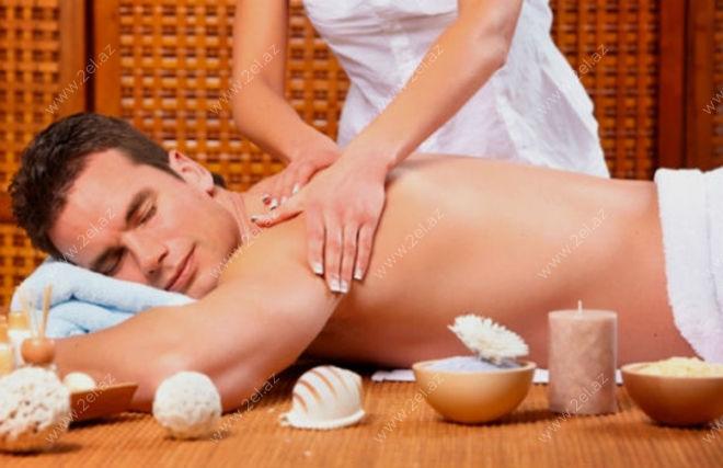 foto-paren-devushke-delaet-massazh